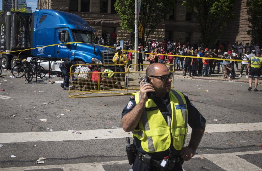 Torontos avati rahvapeol inimeste pihta tuli: vähemalt neli inimest sai viga