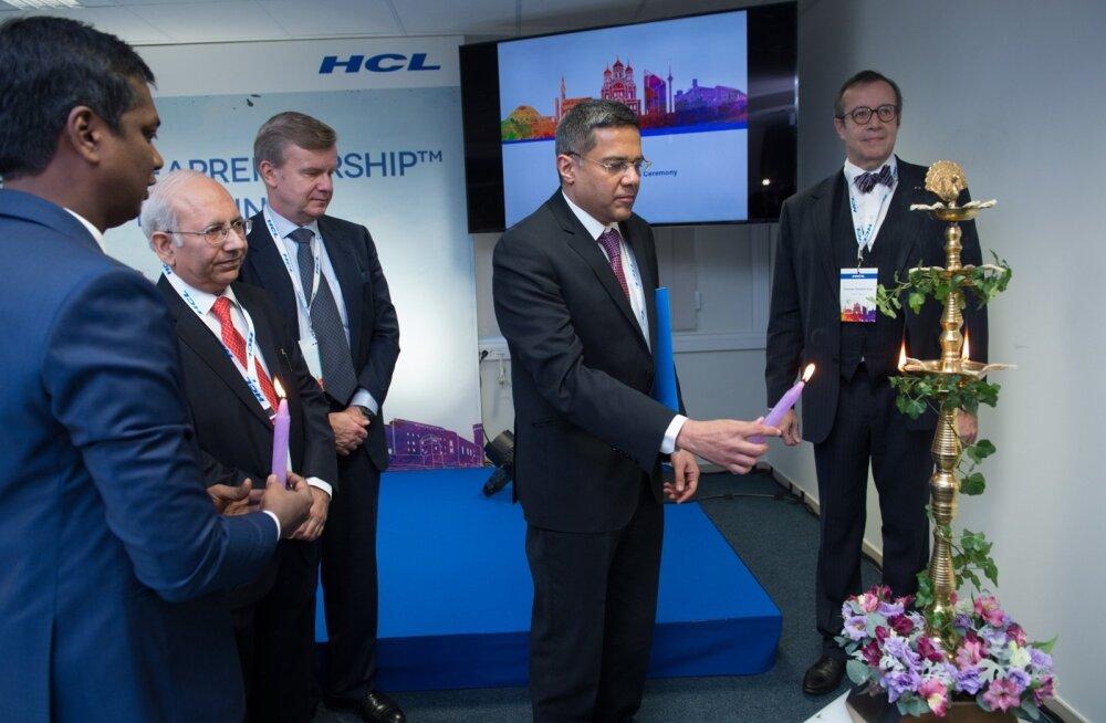 HCL-i keskus avati India tavade kohaselt. Rahul Singh (küünlaga) usub, et Ülemiste City on moodne koht, kus firmal hakkab väga hästi minema.