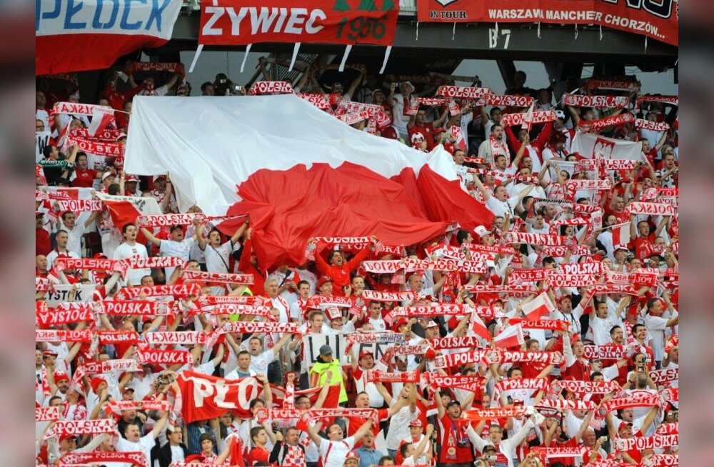 Polish fans cheer during the Euro 2008 Championships Group B football match Poland vs. Croatia on June 16, 2008 at Woerthersee Stadium in Klagenfurt, Austria.     AFP PHOTO / JANEK SKARZYNSKI   -- MOBILE SERVICES OUT --