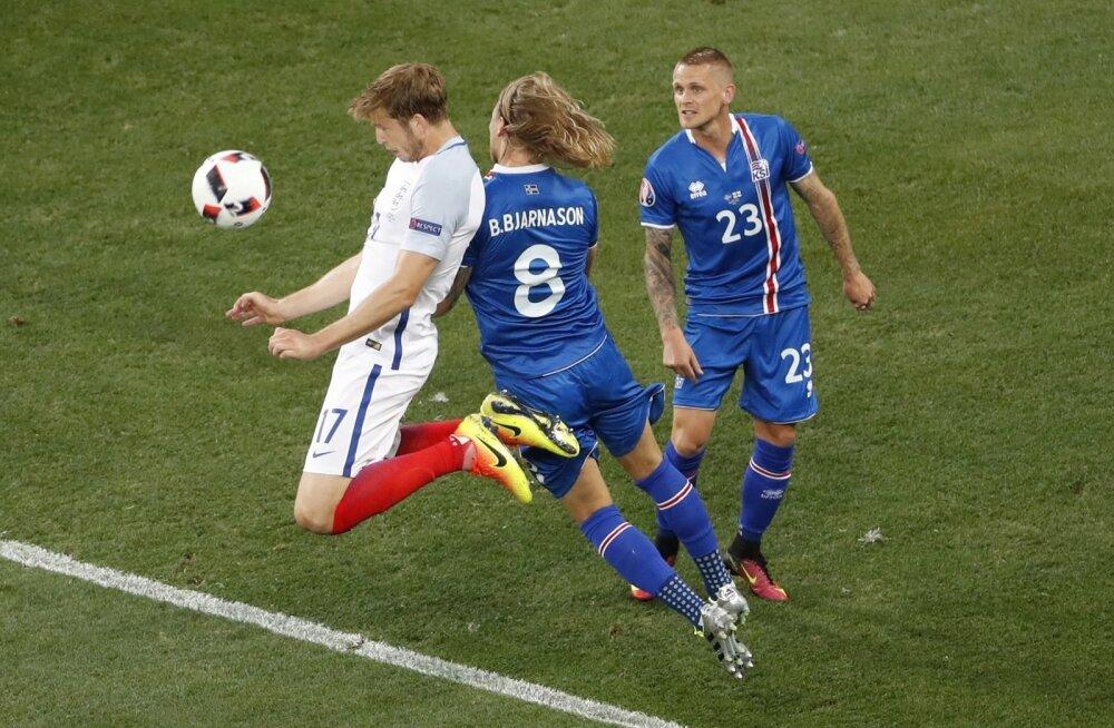 Islandlaste kompromissitut võitlemist sai tunda ka Eric Dier (valges) – Birkir Bjarnason lükkab teda hokistiilis õlaga, Ari Skulason jälgib tapjapilguga, et vastane kindlasti enam ohtu ei kujutaks.
