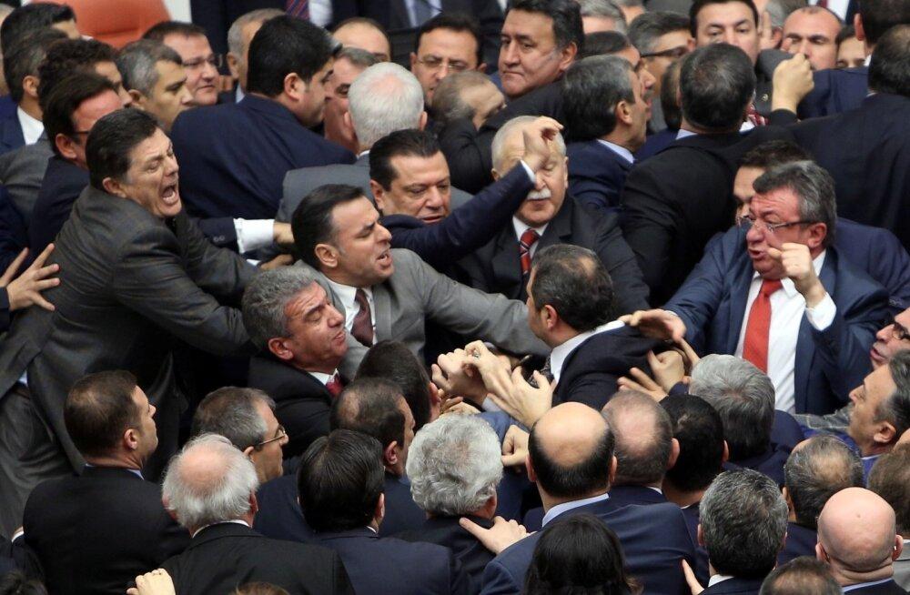 Põhiseaduse arutelu käigus puhkes Türgi parlamendis tavapäranelööming.