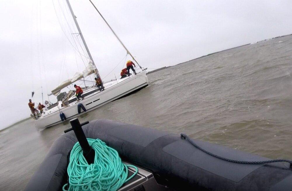 Vabatahtlikud merepäästjad tõid Vergis madalikule sõitnud jahi tervelt sadamasse