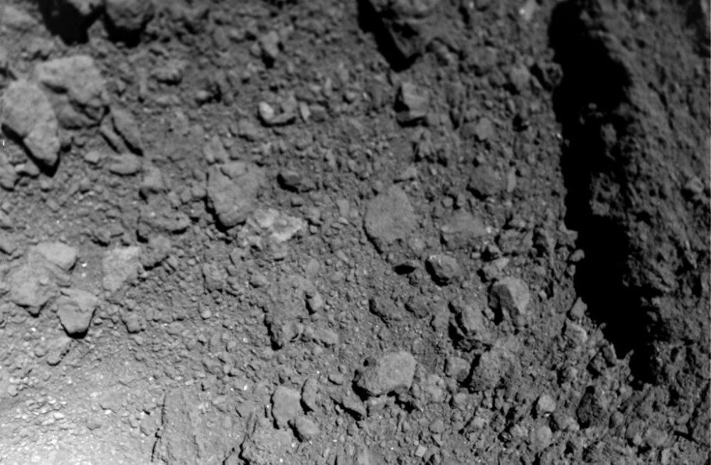 Lähivaade asteroidile selle loomulikus keskkonnas