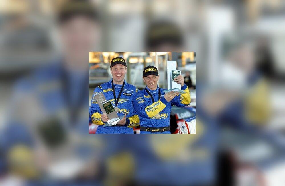 Phil Mills ja Petter Solberg Uus-Meremaa ralli autasustamisel