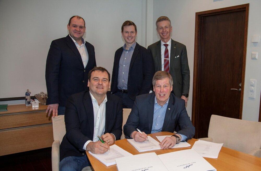Hobby Halli ja Hansaposti ühinemislepingu allkirjastamine. Fotol istuvad (vasakult) Taavi Rajur ja Pekka Pättiniemi, taga seisavad (vasakult) Urmas Türk, Stefan Nieminen ja Sam G. Nieminen.