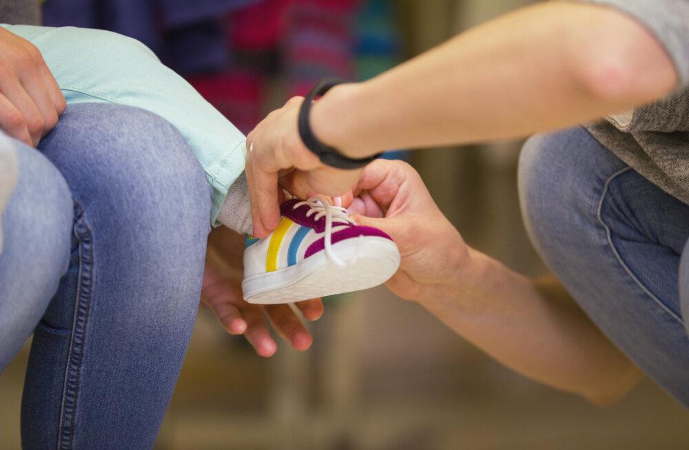 Mure igaveseks lahendatud? Üks ema jagab suurepärast viisi oma lastele jalanõude ostmiseks neid poodi kaasa võtmata