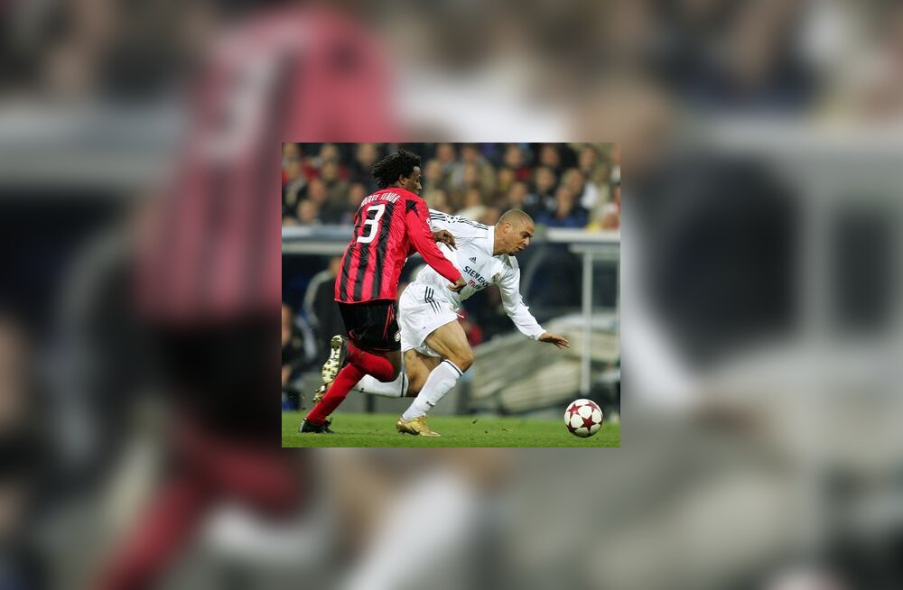 Roque Junior (Bayer) ja Ronaldo (Real)