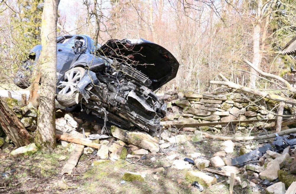 Saaremaal, Pulli külas sõitis autojuht kiviaia otsa
