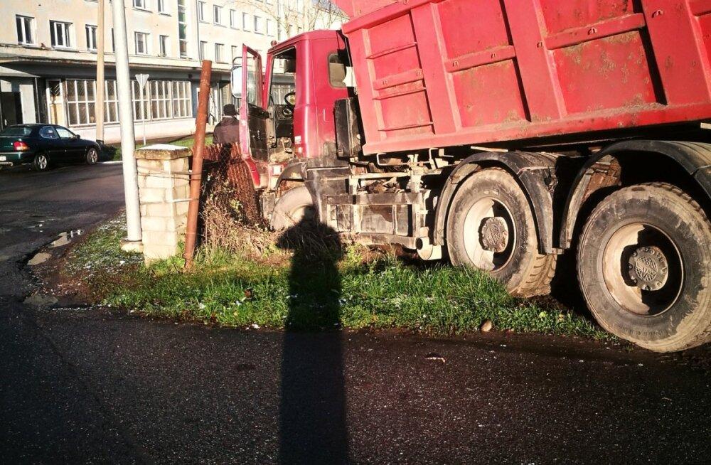 Kohtla-Järvel sõitis veoauto eramaja hoovi