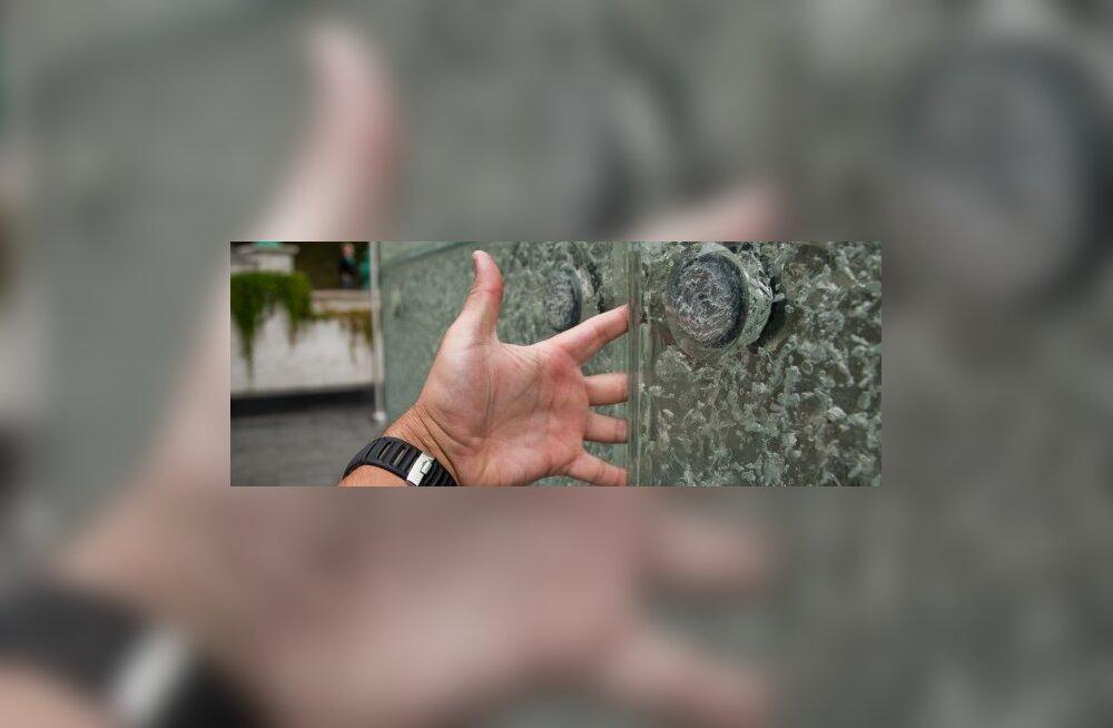 ФОТО: В крест Свободы можно засунуть руку