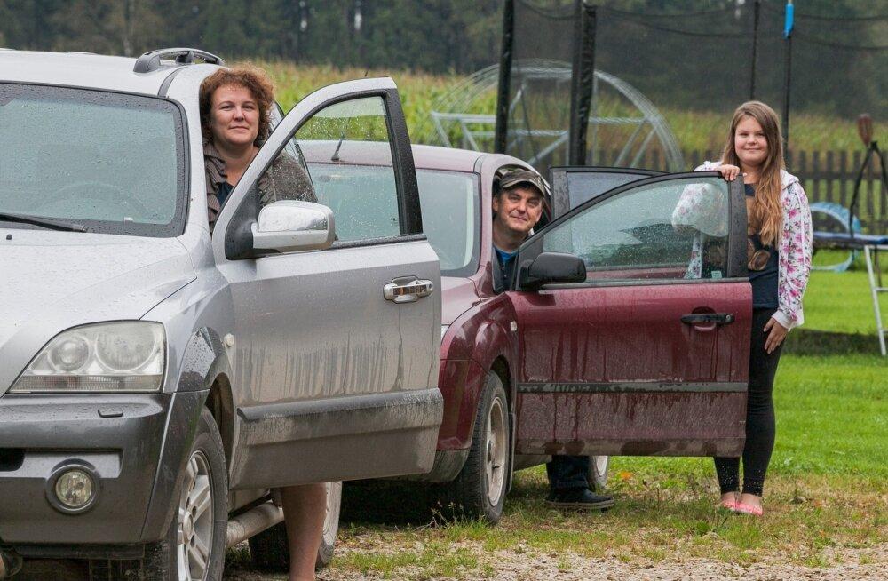 Katrin ja Igor Kelk koos tütar Kertuga stardivad hommikul tööle ja kooli kahe autoga.