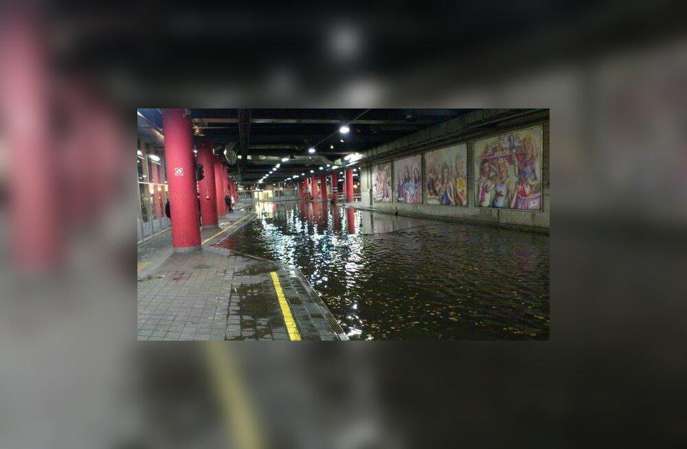 ФОТО читателя Delfi: Ливень затопил автобусный терминал у Viru Keskus