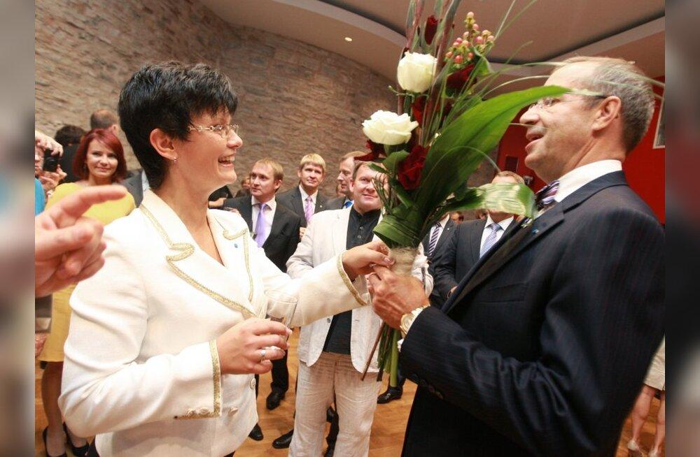 Kella poole 4ks olid Riigikogu fraktsioonide esindajad organiseerinud konverentsisaalis tagasivalitud president Ilvese tervitamise. Kohal olid nii opositsiooni kui koalitsiooni esindajad.