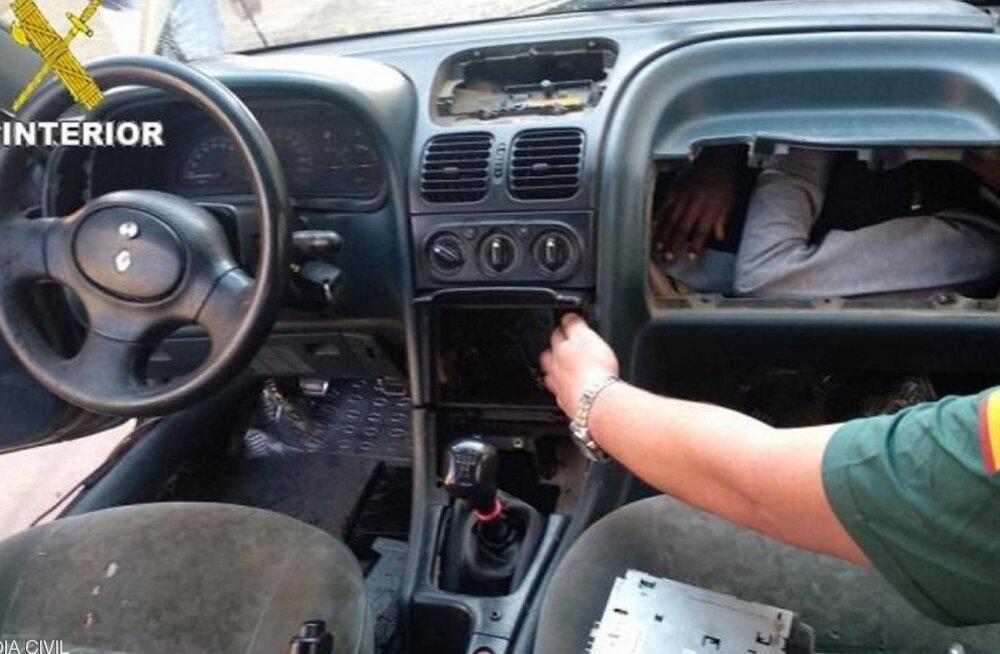 ФОТО: Нелегальный мигрант пытался попасть в Испанию в бардачке автомобиля