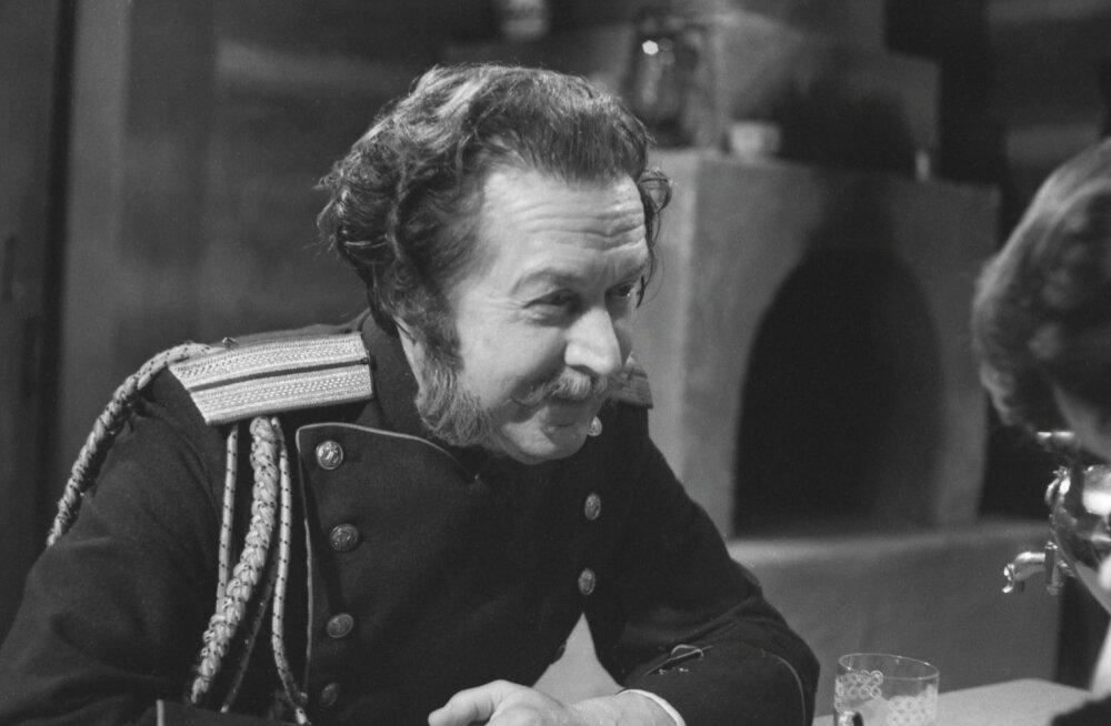 """1977. aastal tegi Olev Eskola kaasa Ivan Bunini lühijutu """"Hämarad alleed"""" põhjal valminud telelavastuses."""