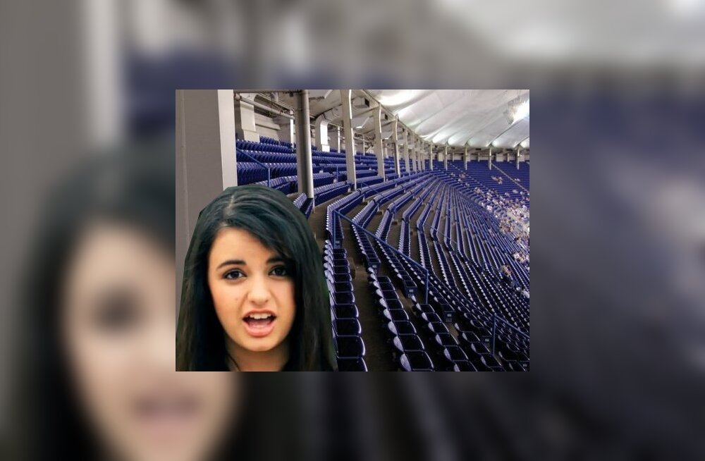 Rebecca Black ei suuda otsustada, mis istmele istub - üks näide piltidest, mis internetis levivad ja tema üle naeravad.