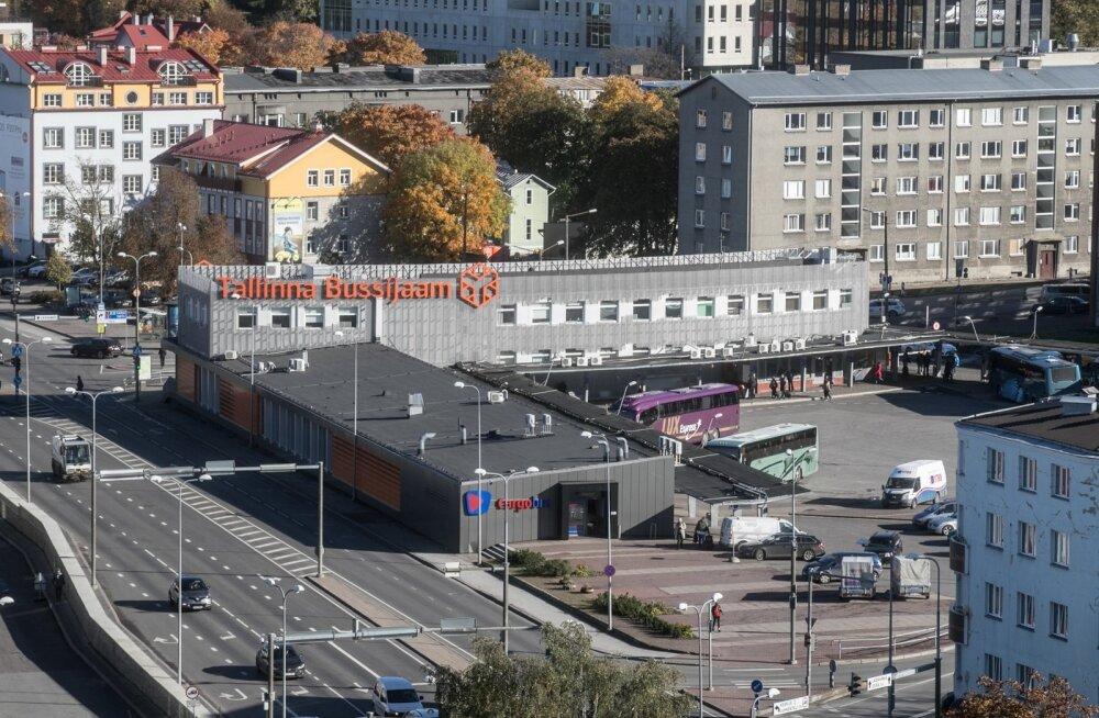 Tallinna bussijaama juures jäi auto alla kolm koolitüdrukut