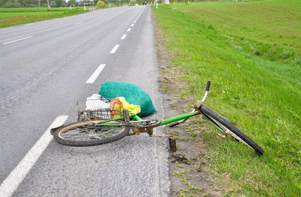 Jalgrattur sai autolt löögi