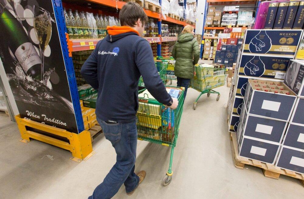 Uuring: üle poole eestlastest arvutab hoolikalt, kas kalli kütusega odava õlle järele sõitmine tasub ära
