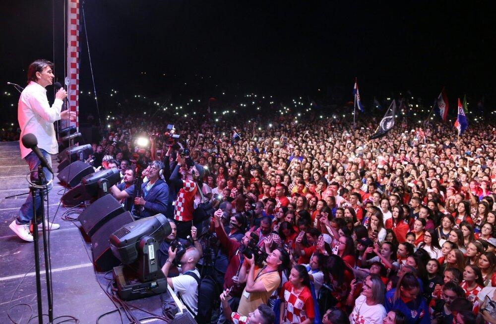 Bosnia ja Hertsegoviina linna Livno elanikud tervitamas Horvaatia koondise peatreenerit Zlatko Dalicit.