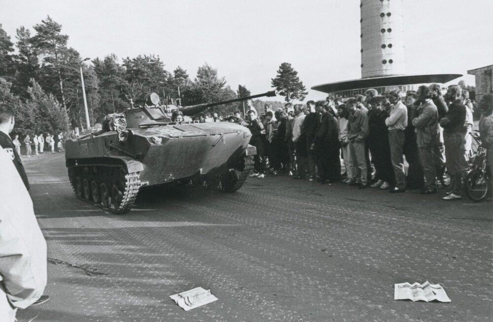 Pihkva dessantdiviisi teletorni juures 1991 augustis