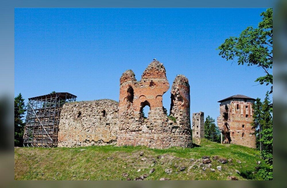 До овеянного легендами епископского замка Вастселийна теперь ведет паломнический путь