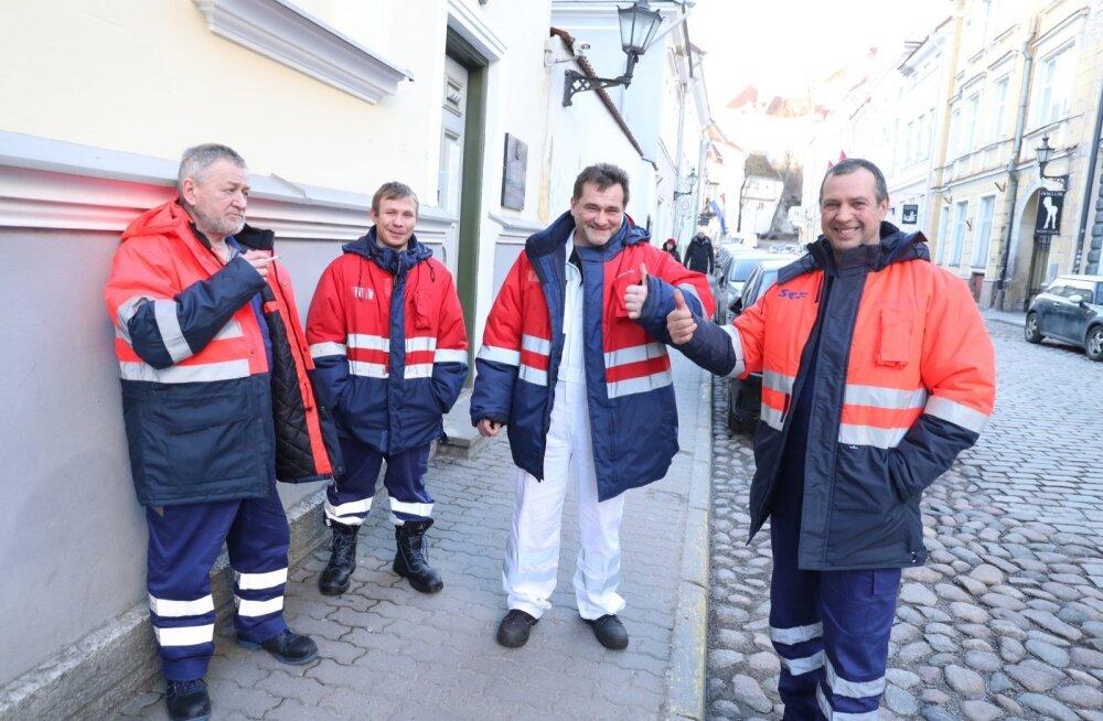 ФОТО: Экипаж затонувшего траулера в посольстве РФ в Таллинне