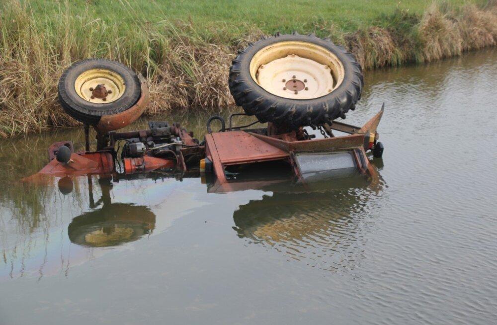FOTOD | Tartumaal hukkus traktoriga tiiki sõitnud mees