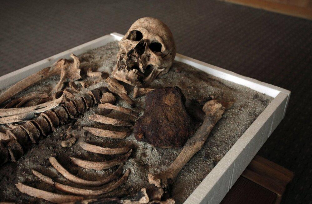 """Jube lugu: arheoloogid leidsid keskaegsest hauast õõvastava """"kirstussünnituse"""""""