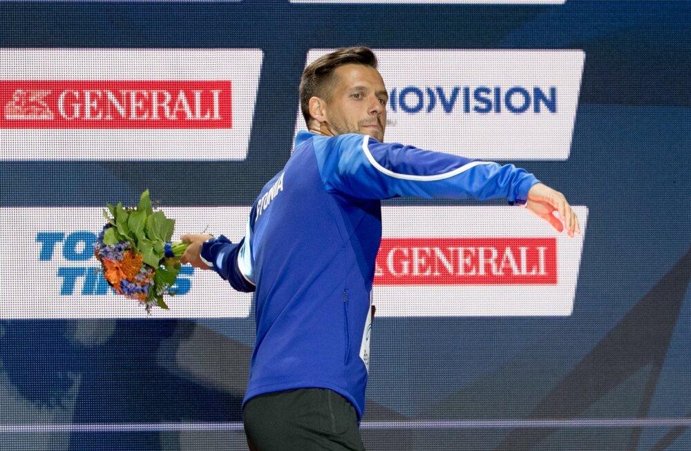 Magnus Kirt lennutab EM-i autasustamisel lillekimpu publikusse.