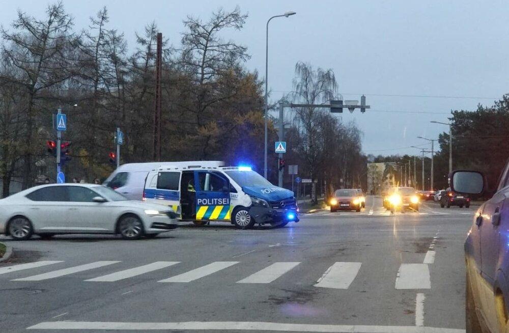 Politseibuss põrkas autoga kokku.
