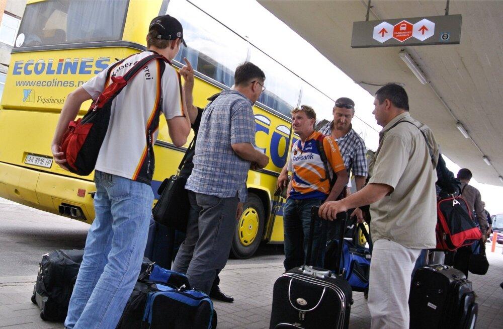 Paar tööinspektsiooni helistajat on väitnud, et välismaalased, eelkõige ukrainlased võtavad või on võtnud nende töö ära. Pildil on Ukraina töölised Tallinna bussijaamas.