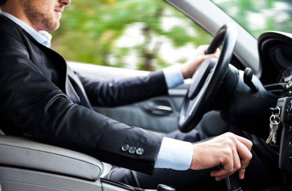 Uuring paljastab, miks tunnevad mõned mehed suurt vajadust pidevalt osta brändikaupu ja uhkeid autosid