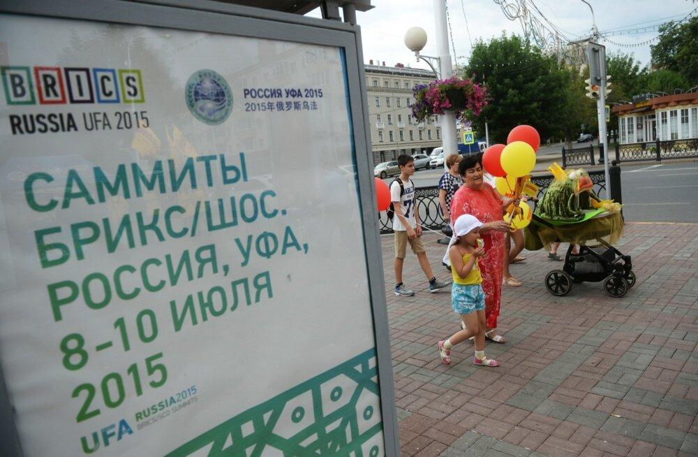 FOTOD: Tähtsateks tippkohtumisteks valmistuv Ufa kaetakse võltsfassaadide ja kunstmuruga