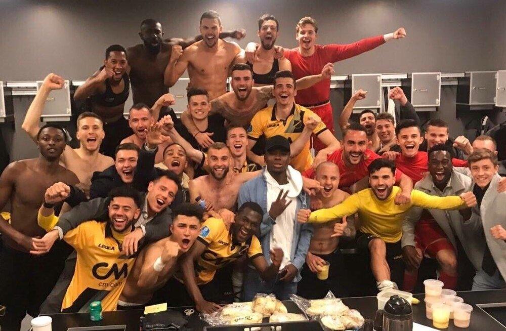 Karol Mets (vasakult teine) tähistab NAC Breda klubikaaslastega hooaja lõppu ja kõrgliigasse püsima jäämist.