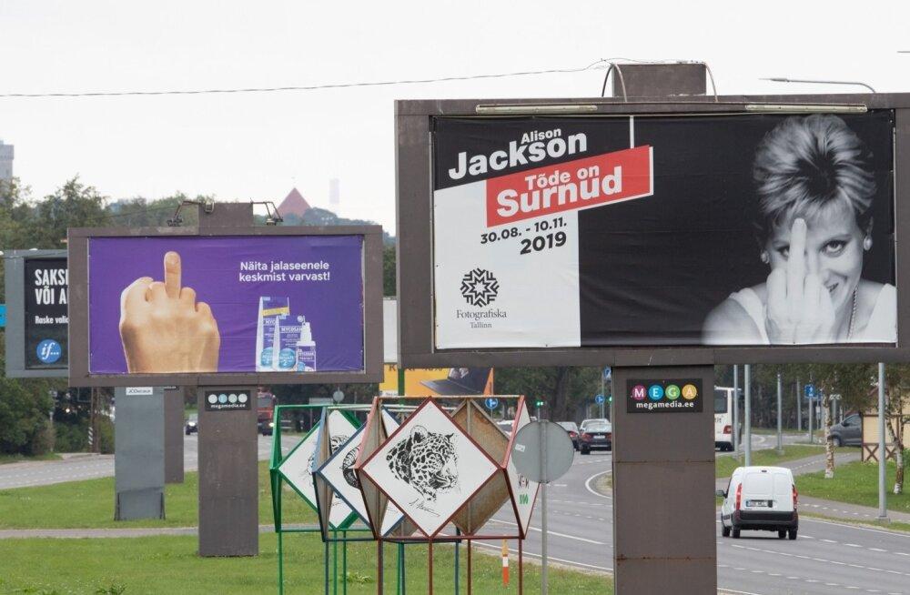 Alison Jacksoni näituse plakat Paldiski maanteel.