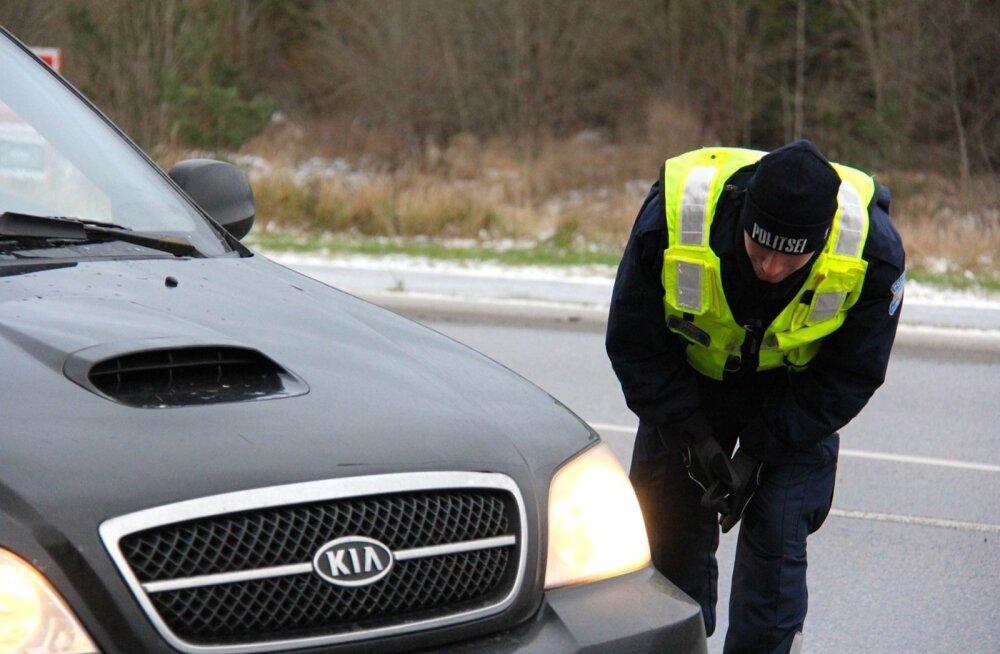 Pildil on Lääne-Harju politseijaoskonna politseinikud Tallinn-Rannamõisa-Kloogaranna maanteel veendumas, et sõidukite rehvid oleksid korras ja et inimesed jõuaksid turvaliselt koju.