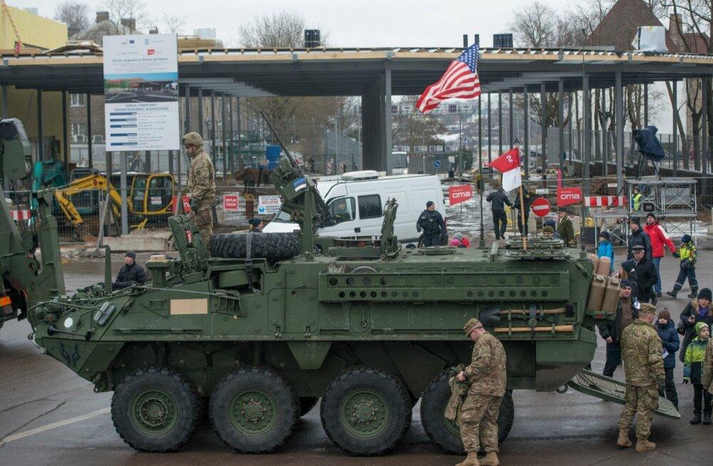Soomuk, USA lipp ja Narva piiripunkt ehk fotosüüdistus NATO vägedest Venemaa piiril. (Sündmustega paremini kursis olevad inimesed teavad muidugi, et pilt on tehtud mullu Eesti vabariigi aastapäeva puhul korraldatud kaitsejõudude paraadil.)