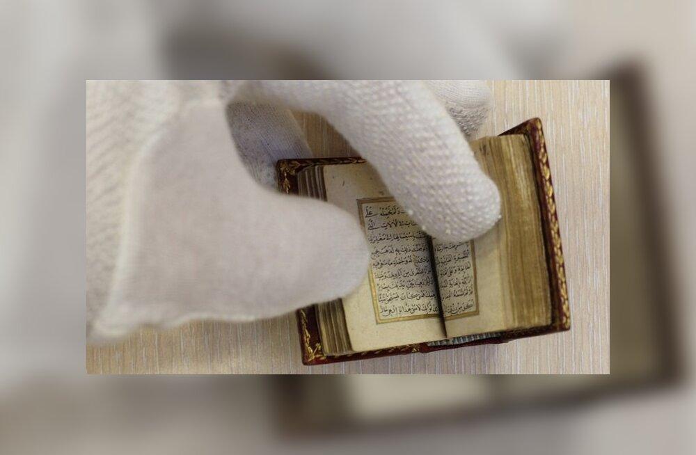 100 sekundi video: Tartus hoitav miniatuurne palveraamat on säilitanud salapära