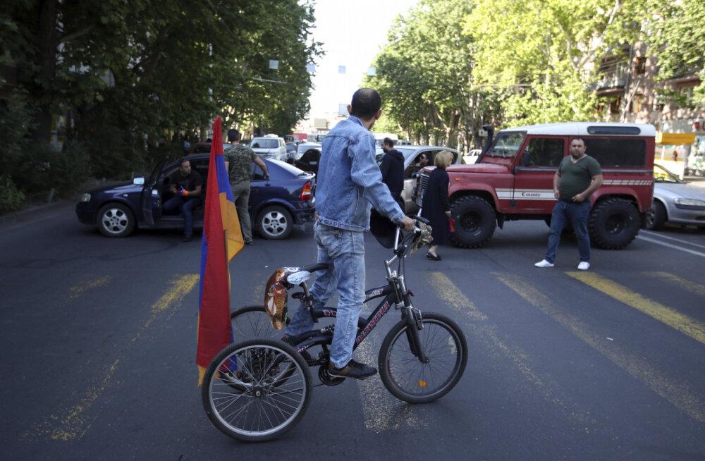 ФОТО и ВИДЕО: В Армении возобновились протесты: начинают перекрывать дороги