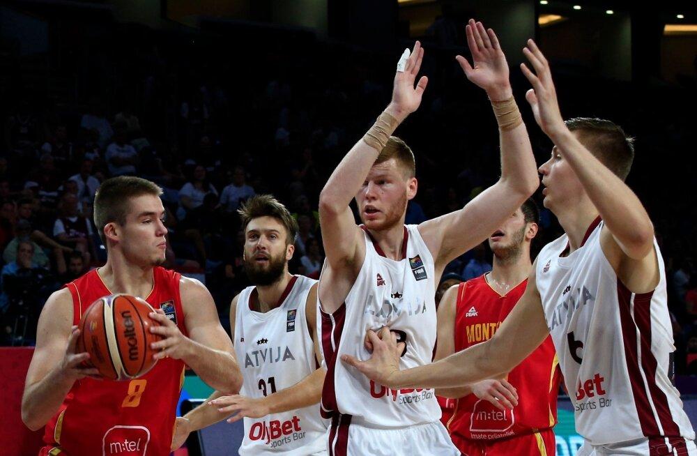 Läti NBA mängijad Kristaps Porziņģis (paremal) ja Dāvis Bertāns on oma positsioonidel Sloveenia konkurentidest üle.