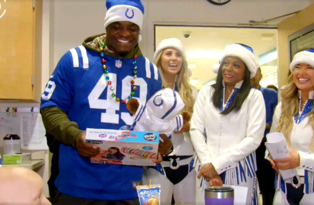 VIDEO | Indianapolis Coltsi mängijad ja tantsutüdrukud laulsid jõululaule vähihaigetele lastele