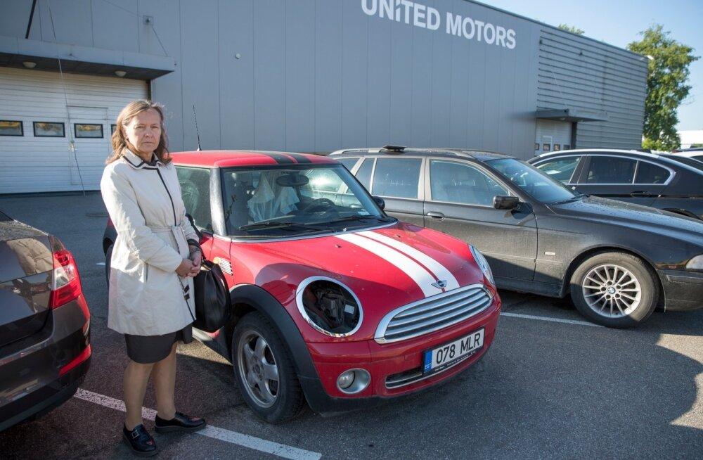 Mini One'i omanik Margit oma autoga United Motorsi Tallinna esinduse parklas