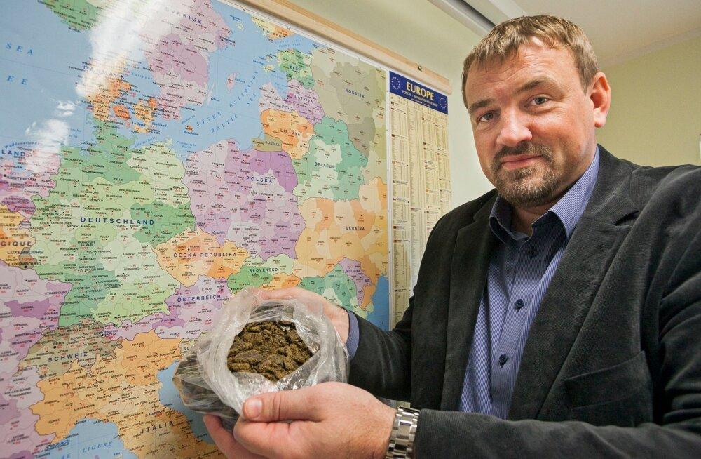 Eesti Viljasalve tegevjuht Tõnis Leetjõe näitab rapsikooki, mida ettevõte vahendab Euroopas.