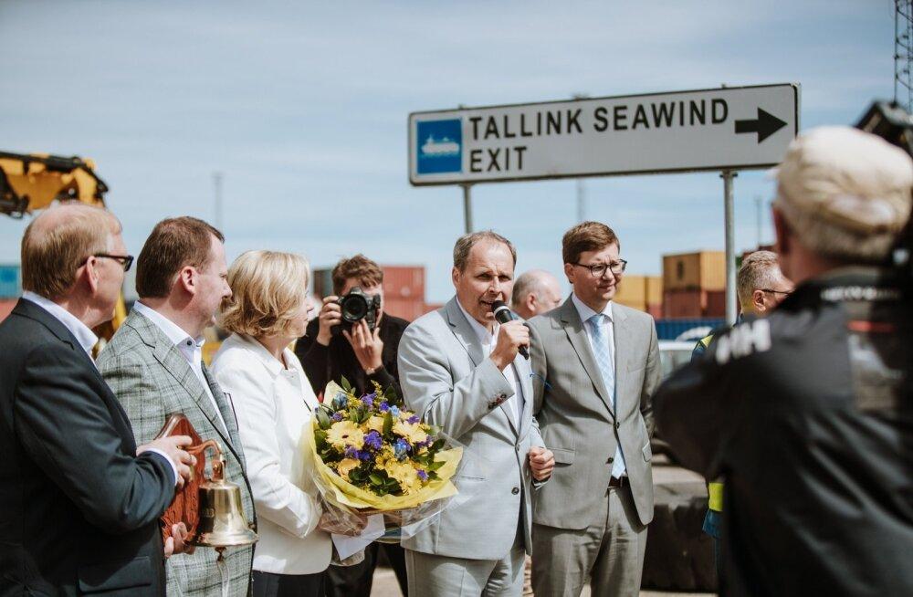 Valdo Kalm (keskel mikrofoniga) Eckerö Line'i uue laeva saabumisel Muuga sadamasse 25. juunil