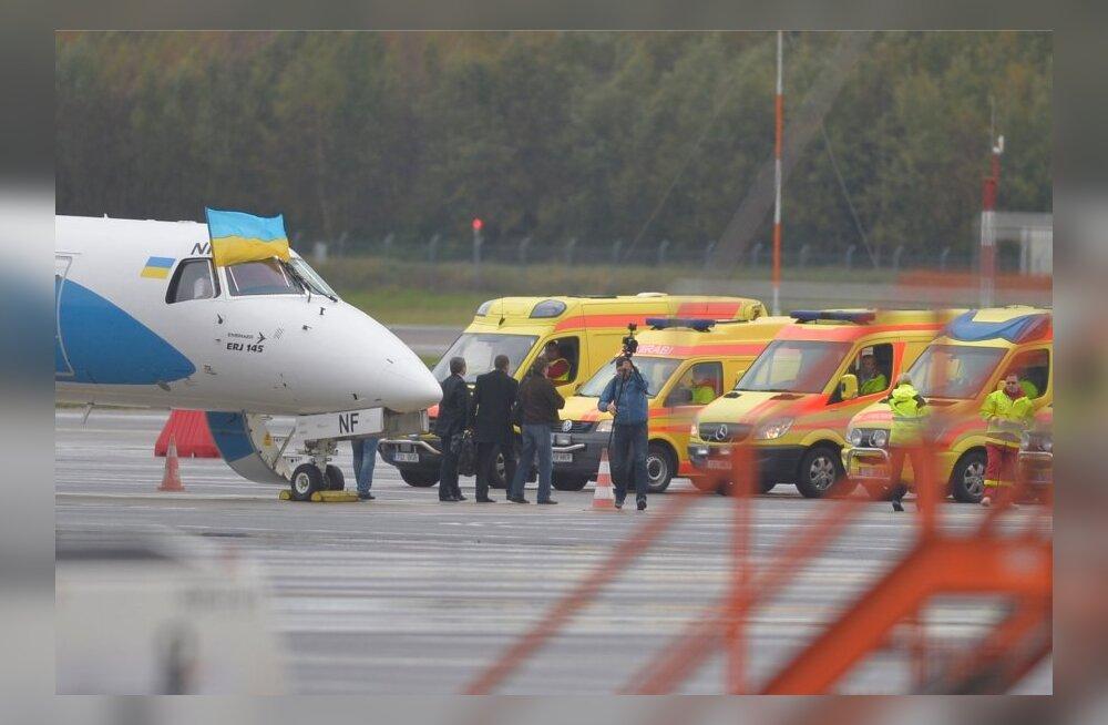 ФОТО DELFI: Раненых с востока Украины в Таллиннском аэропорту встречает десяток экипажей скорой помощи