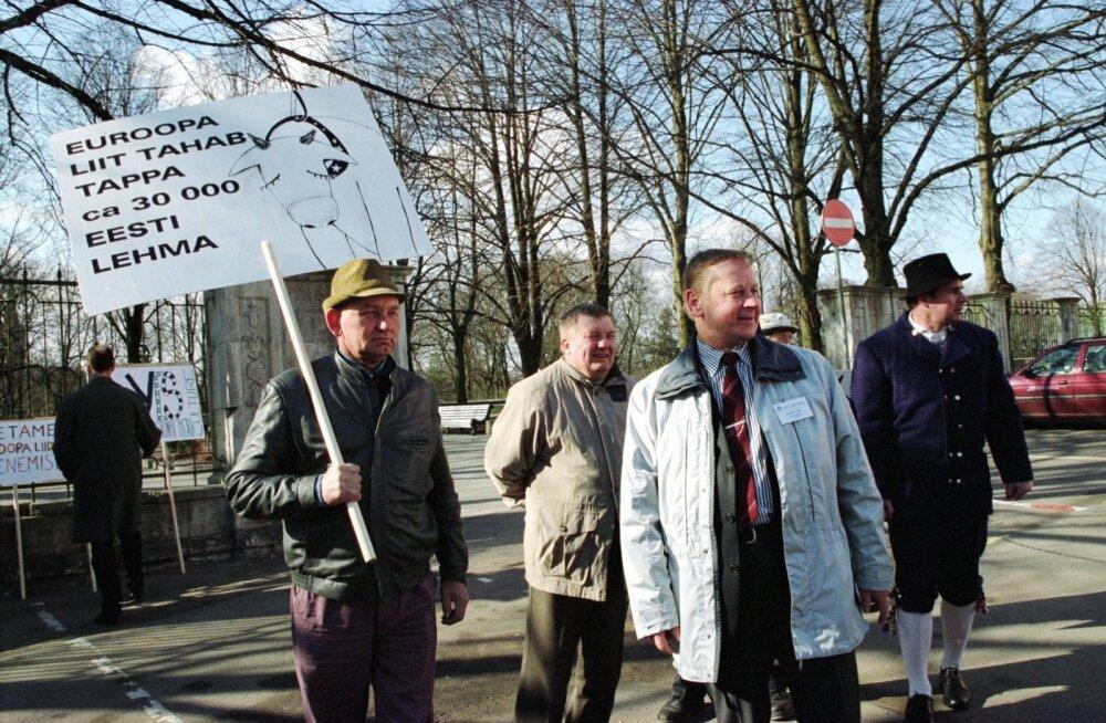 Toompeal 2002. aastal protestinud põllumehed andsid Pat Coxile üle pöördumise Euroopa Liitu astumise kohta.