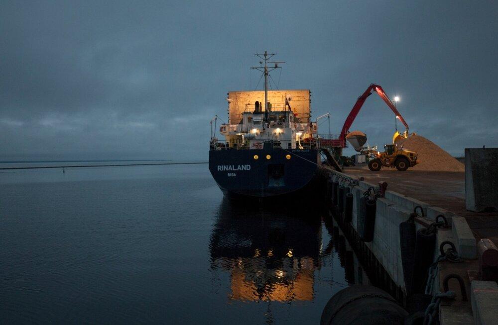 Lätil on erinevalt Eestist olemas ka oma kaubalaevastik. Pildil lastitakse ühele Läti laevale 10 000 tonni hakkpuitu, mis siirdub Euroopasse, kus kivisöel töötavaid katlamaju hoolsalt suletakse.
