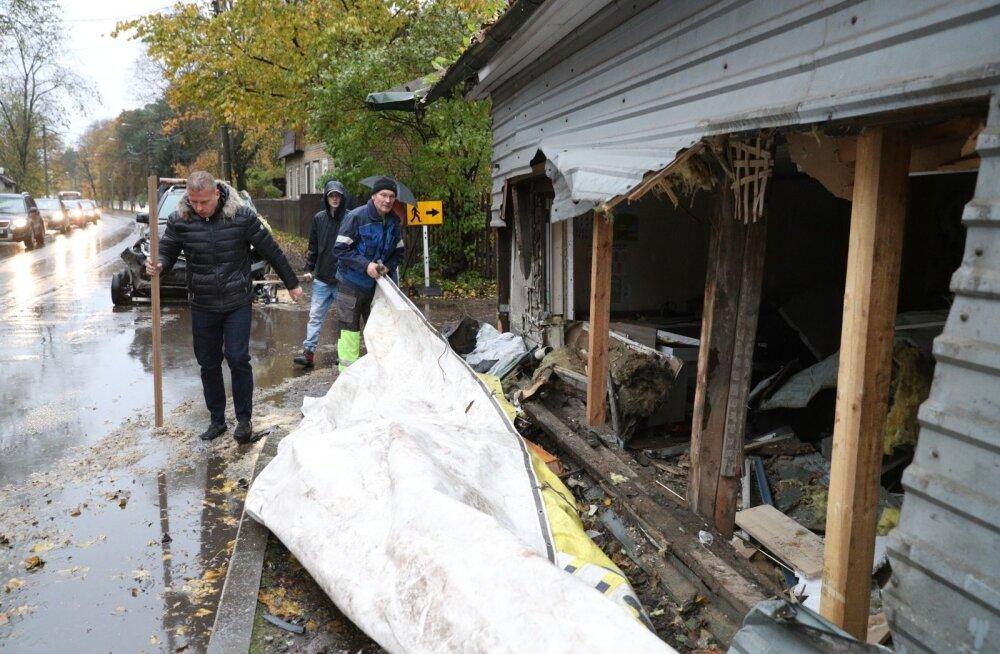 Majja põrutanud auto jättis endast haigutava augu. Koduta jäänud pered otsivad nüüd kiirelt peavarju.