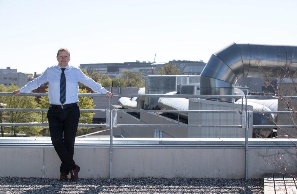 EAS-i juhatuse esimees Alo Ivask seisab sihtasutuse kontori rõdul, tagaplaanil paistab kerkiv T1 kaubanduskeskus. Sügiseks muutub taust täielikult. Keskuse katusele tuleb vaateratas, mille püstitamist toetas EAS 1,44 miljoni euroga. Atraktsioon peaks ligi